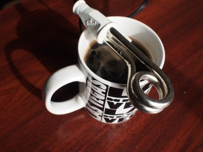 Chauffe-eau sur tasse de café Vegas